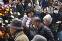 東京都慰霊堂を訪れる人たち=東京都墨田区で2019年3月10日午後0時6分、丸山博撮影