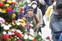 東京都慰霊堂を訪れる人たち=東京都墨田区で2019年3月10日午後0時4分、丸山博撮影