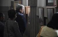 東京都慰霊堂で東京大空襲当時の写真を見る人たち=東京都墨田区で2019年3月10日午前11時46分、丸山博撮影