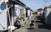 仮設住宅の通路で話し込む住民たち=福島県南相馬市で2019年3月10日午後0時6分、小出洋平撮影