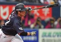【日本ーメキシコ】四回表日本1死一、二塁、甲斐が右前適時打を放つ=京セラドーム大阪で2019年3月9日、徳野仁子撮影