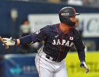 【日本-メキシコ】一回表日本2死一、三塁、吉田正が中前に先制適時打を放つ=京セラドーム大阪で2019年3月9日、徳野仁子撮影