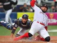 【日本ーメキシコ】七回裏メキシコ1死二塁、ロバーソンの適時二塁打でソリス(右)が生還し、メキシコが勝ち越し(捕手・小林)=京セラドーム大阪で2019年3月9日、徳野仁子撮影