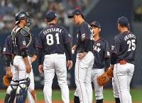 【日本ーメキシコ】六回裏のピンチにマウンドに集まる日本の選手たち=京セラドーム大阪で2019年3月9日、徳野仁子撮影