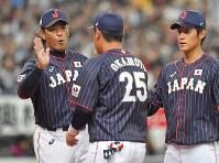 【日本-メキシコ】試合開始前に、メンバーとハイタッチする野球日本代表の稲葉篤紀監督(左)=京セラドーム大阪で2019年3月9日、徳野仁子撮影