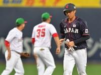 【日本ーメキシコ】九回表日本1死一、二塁、上林の右飛で一塁走者の京田(右)が二塁を狙うがタッチアウトとなり試合終了=京セラドーム大阪で2019年3月9日、徳野仁子撮影