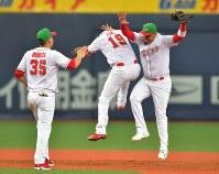【日本ーメキシコ】日本との初戦を制し、喜ぶメキシコの選手たち=京セラドーム大阪で2019年2019年3月9日、徳野仁子撮影