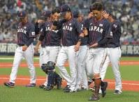 【日本ーメキシコ】メキシコとの初戦に敗れ、グラウンドから引き上げる日本の選手たち=京セラドーム大阪で2019年3月9日、徳野仁子撮影