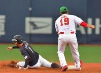【日本ーメキシコ】九回表日本1死一、二塁、上林の右飛で一塁走者の京田(左)が二塁を狙うがタッチアウトとなり試合終了(野手・ペーニャ)=京セラドーム大阪で2019年3月9日、徳野仁子撮影