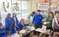 放送終了直前に感謝の気持ちを語る「南相馬ひばりエフエム」のスタッフら=福島県南相馬市役所で2018年3月25日、尾崎修二撮影