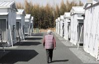 仮設住宅の自室に戻る女性=福島県南相馬市で2019年3月10日、小出洋平撮影