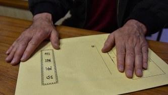 遺贈内容が記された公正証書遺言を手にする男性=埼玉県内で、筆者撮影