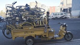 荷台に載せて運ばれるシェアサイクルの山=北京で2019年2月(高口康太氏撮影)