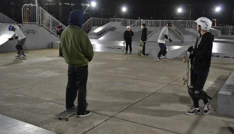 乗り方や技を練習するスクールの様子。参加者の年代は幅広い=東京都江東区のH.L.N.Aスカイガーデンで