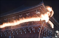 A large torch leaves trails of fire at Nigatsudo hall at Todaiji temple in the city of Nara on March 12, 2019. (Mainichi/Kazuki Yamazaki)