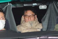 移送されるピエール瀧容疑者(中央)=東京都千代田区で2019年3月13日午前3時24分、長谷川直亮撮影