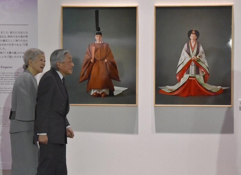 両陛下、即位30年記念の特別展を鑑賞 ゆかりの美術品など展示 - 毎日新聞