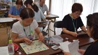 認知症予防を目指してゲームをする人たち