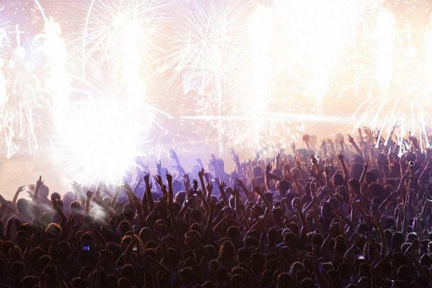 コンサートに集まる人たち