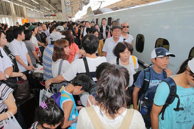 JR新大阪駅の新幹線ホーム。多くの人が接触しあう