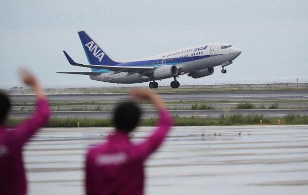 旅客機が飛び立つ関西国際空港。日本と海外をつなぐ窓口だ