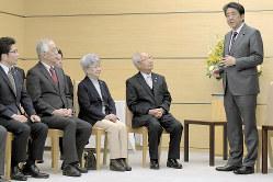 北朝鮮による拉致被害者家族会代表の飯塚繁雄さん(右から2人目)、横田めぐみさんの母早紀江さん(同3人目)らと面会した安倍晋三首相(右端)(首相官邸で3月6日)