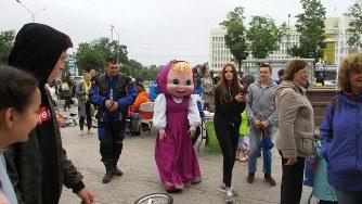ユジノサハリンスク市街でのイベントにいた着ぐるみ。ちょっと不気味なところがロシア的?(写真は筆者撮影)
