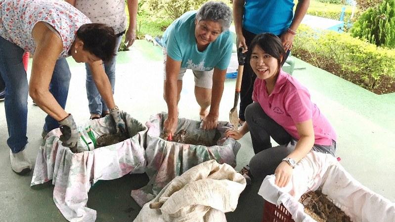 コスタリカの地域コミュニティーで家庭向けコンポスト講習を行う日高夏希さん