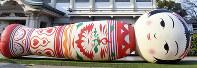 横倒しの状態で展示されている巨大こけしのバルーン=今月12日、川平愛撮影月12日午後4時14分、川平愛撮影