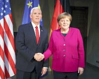 ミュンヘン安保会議で握手を交わすメルケル独首相(右)とペンス米副大統領=2月16日、ロイター