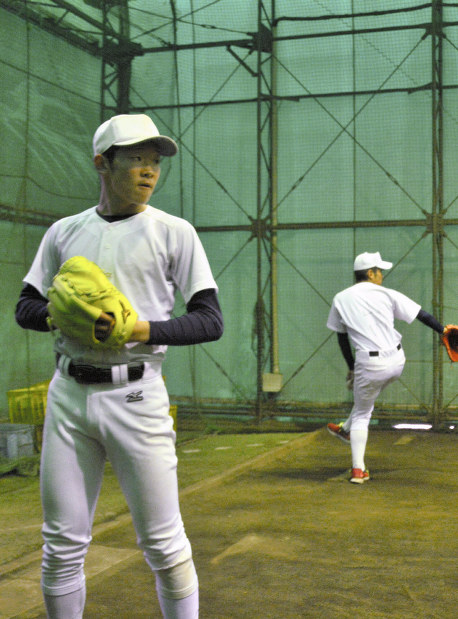 投球練習をする習志野の飯塚(左)と山内=千葉県習志野市の同校ブルペンで2019年3月7日、石川裕士撮影