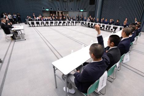 キャプテントークで意見を述べ合う各校の主将たち=大阪市北区の毎日新聞大阪本社オーバルホールで2019年3月14日午後4時33分、山田尚弘撮影