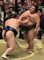 貴景勝(右)が玉鷲に押し出しで敗れる=エディオンアリーナ大阪で2019年3月14日、平川義之撮影