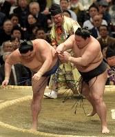 豪栄道(右)が押し倒しで正代を降す=エディオンアリーナ大阪で2019年3月14日、平川義之撮影
