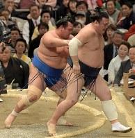 琴奨菊(左)が送り出しで勢を降す=エディオンアリーナ大阪で2019年3月14日、平川義之撮影