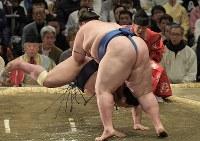 逸ノ城(手前)がはたき込みで阿武咲を降す=エディオンアリーナ大阪で2019年3月14日、平川義之撮影