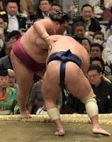 北勝富士(手前)が押し出しで御嶽海を破る=エディオンアリーナ大阪で2019年3月14日、平川義之撮影