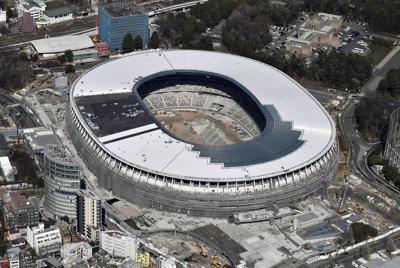建設が進む新国立競技場=東京都新宿区で2019年3月9日午後1時56分、本社ヘリから
