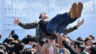 名古屋大に合格し胴上げされる受験生=名古屋市千種区で2019年3月9日、大西岳彦撮影