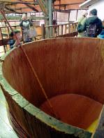 もろみを1年間かけて熟成させる桶=香川県小豆島町苗羽のマルキン醤油記念館で、植松晃一撮影