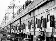 阪神野田駅西側高架下には多くの機械工具店が並んだ=1968年3月1日撮影