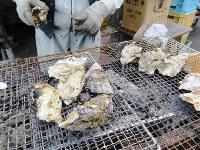 香ばしい香を漂わせる焼きガキ=兵庫県相生市の道の駅「あいおい白龍城」で、山本真也撮影