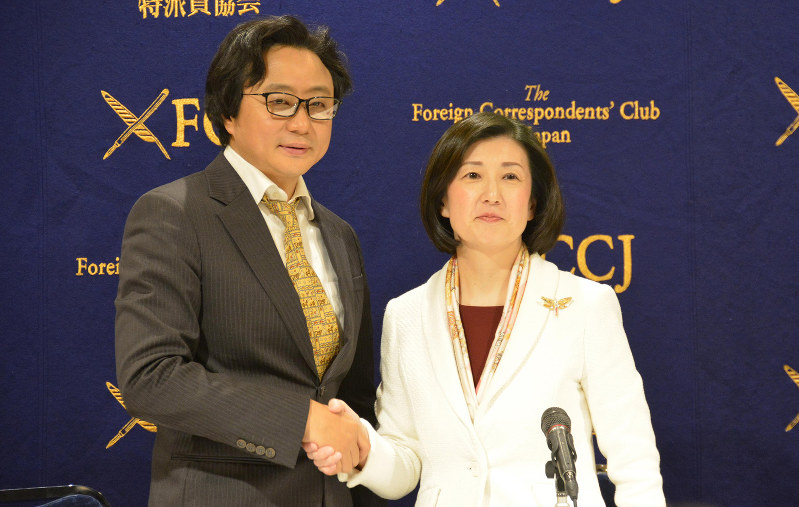 大塚家具の大塚久美子社長(右)と、ハイラインズの陳海波社長