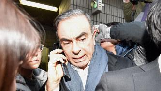 弁護士事務所があるビルを出る日産自動車前会長のカルロス・ゴーン被告=2019年3月12日、竹内紀臣撮影