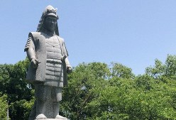 坂本城址公園(滋賀県大津市)に建てられた明智光秀像=2018年5月15日、礒野健一撮影
