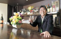 実は、酒は強くない。「この1杯でもういい感じですから」=東京都港区で、渡部直樹撮影