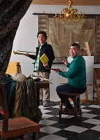フェルメール「絵画芸術」を基にした作品用セットに入り、ポーズをとる美術家の森村泰昌さん(左)と桂南光さん=大阪市住之江区で、猪飼健史撮影