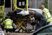 クライストチャーチで男性を搬送する救急隊=AP共同