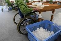 高齢受刑者や体の不自由な受刑者を集めた「養護工場」では車椅子や歩行器を使用する姿が目立つ=長野県須坂市の長野刑務所で、小松雄介撮影