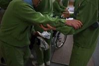 「養護工場」では体の不自由な受刑者を健康な受刑者が介助する=長野県須坂市の長野刑務所で、小松雄介撮影